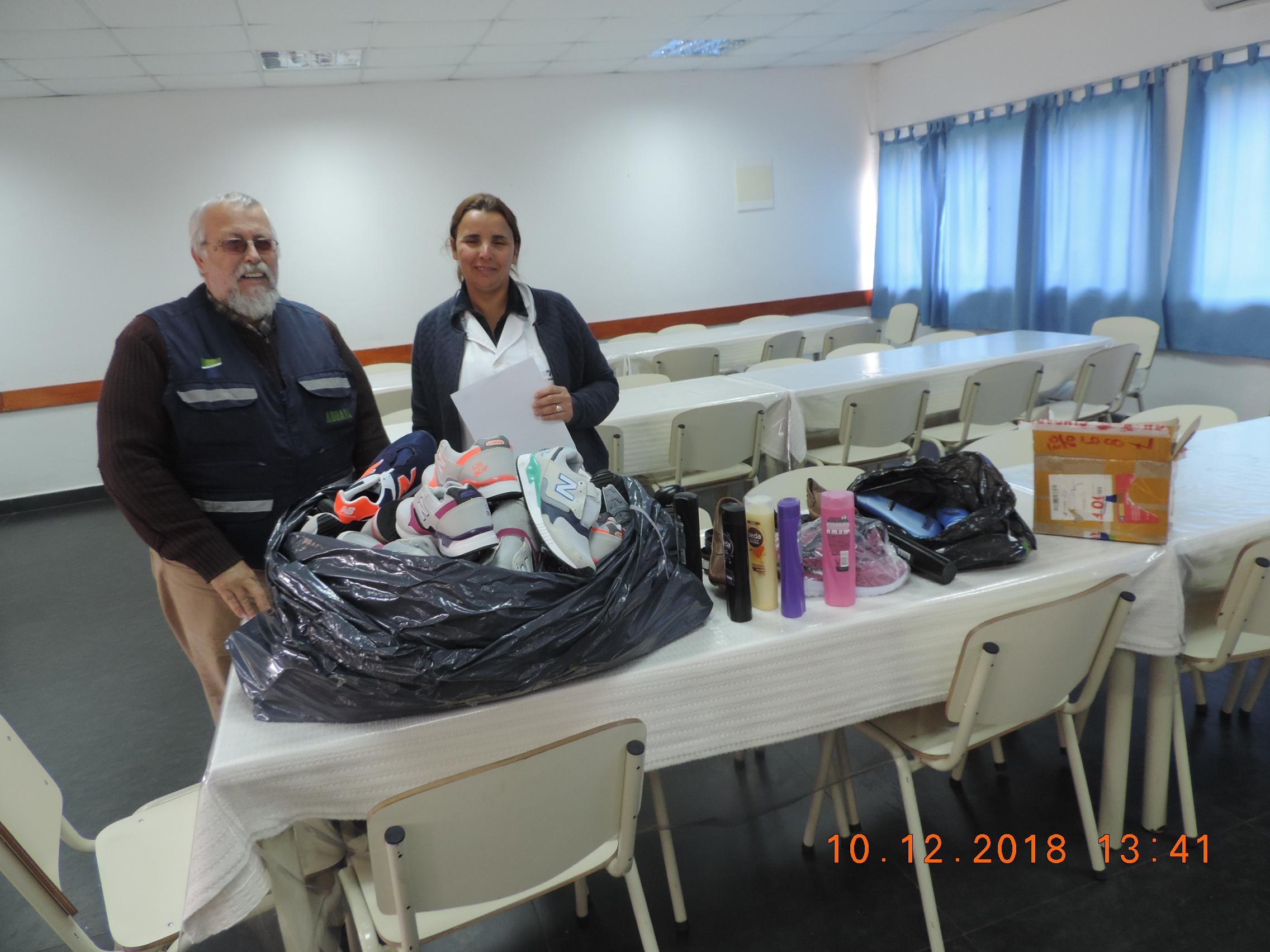 Imagen de funcionario aduanero entregando artículos donados.